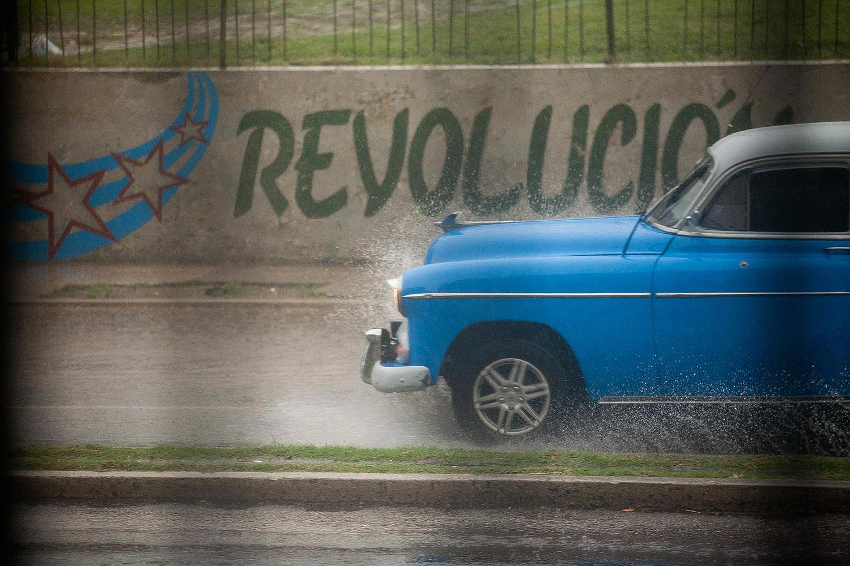 Oldtimer auf überschwemmten Straßen Havannas