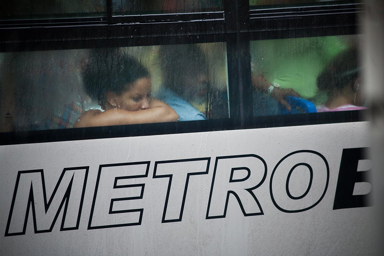 Nachdenklicher Blick aus dem Bus