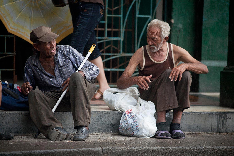 Zwei alte Kubaner am Straßenrand - Havanna