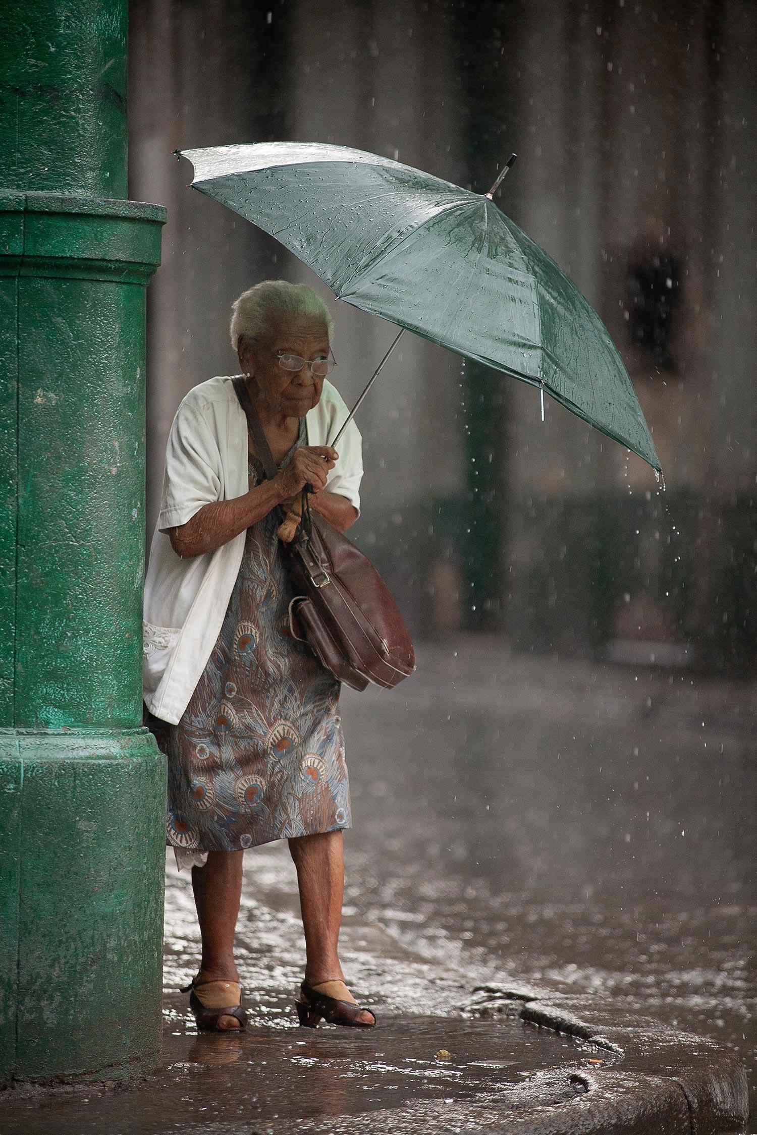 Alte Frau im Regen in Havanna