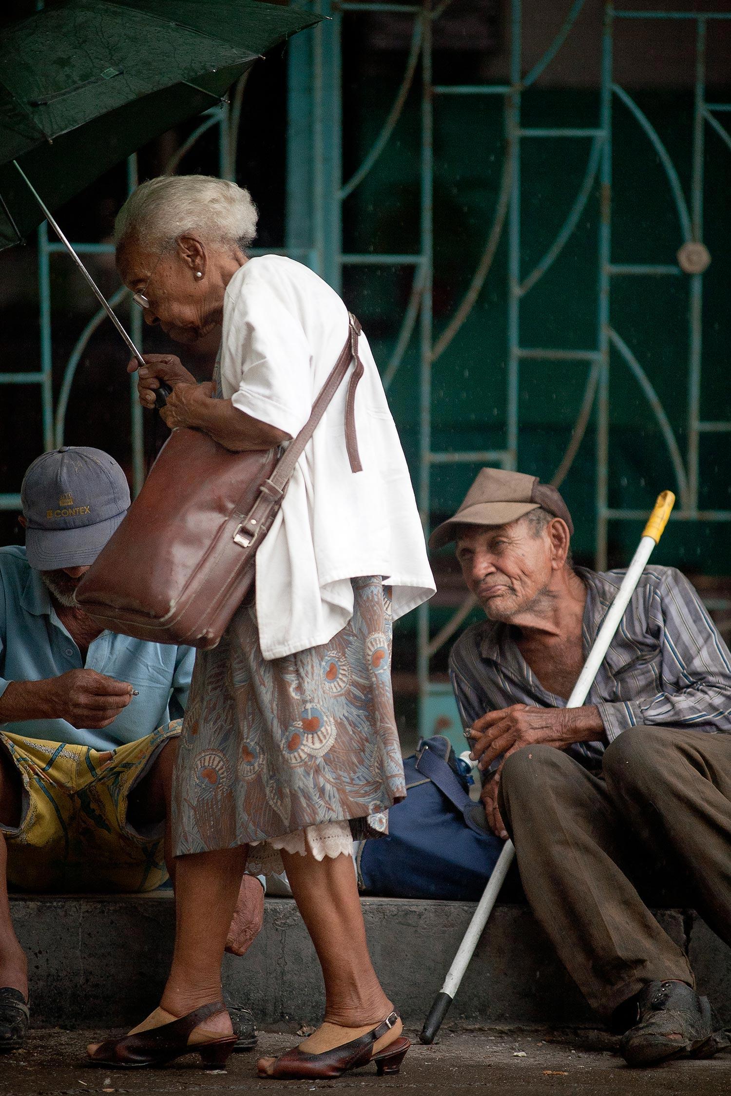 Strassenszene mit alten Menschen in Havanna