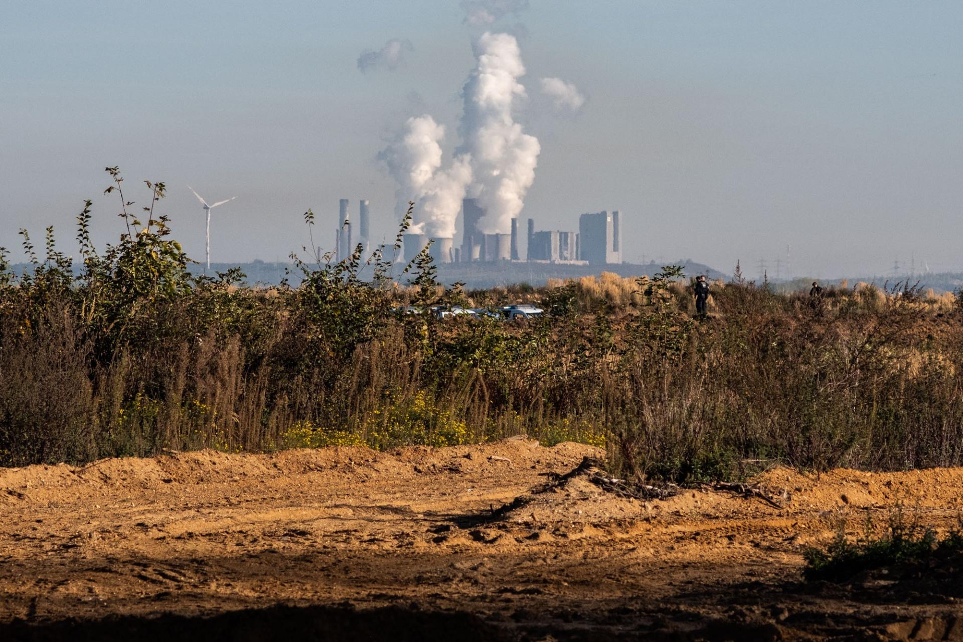 Kohlekraftwerke mit bereits gerodetem Wald vom Rand des Hambacher Forstes aus