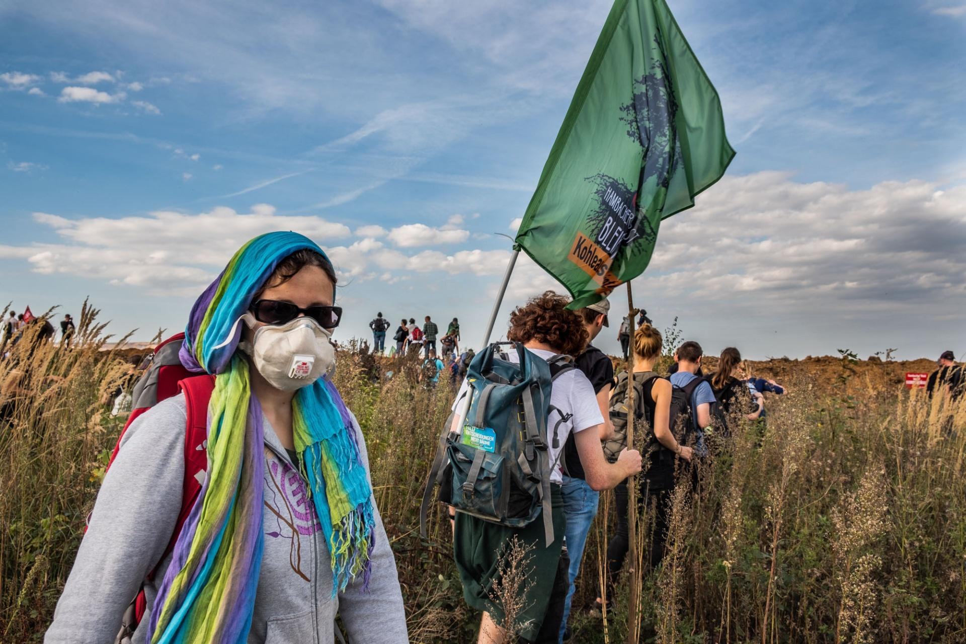 Aktivisten auf dem Weg zur Abbruchkante des Hambacher Tagebaus